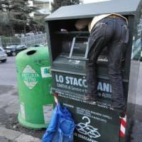 A Genova politici di sinistra frugano nei cassonetti contro le multe