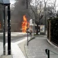 Genova, autobus in fiamme in piazza Manin