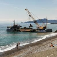 Lavagna, polemiche in spiaggia per il ripascimento con le terre nere dell'Entella