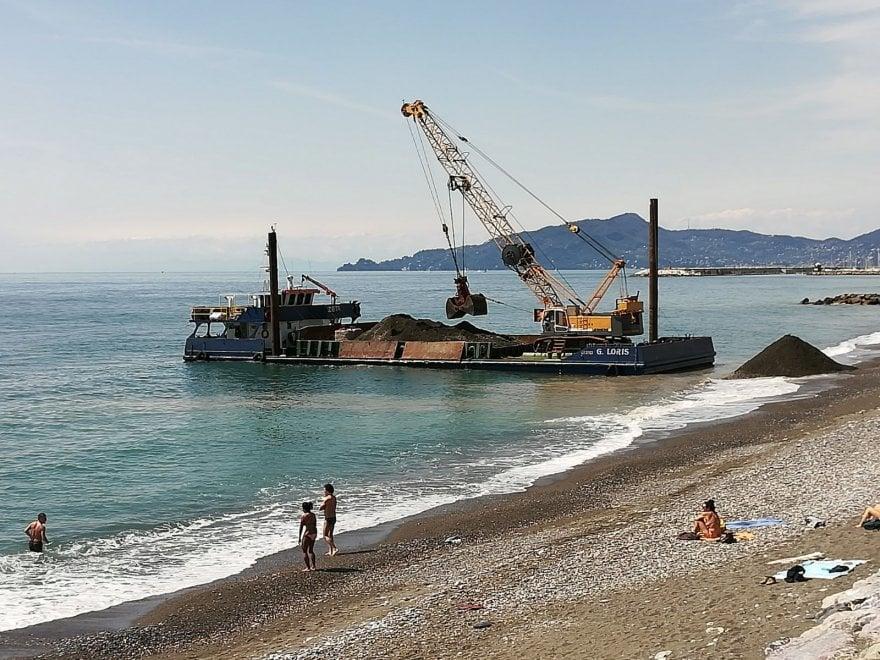 Lavagna polemiche in spiaggia per il ripascimento con le for Cabine nere del torrente