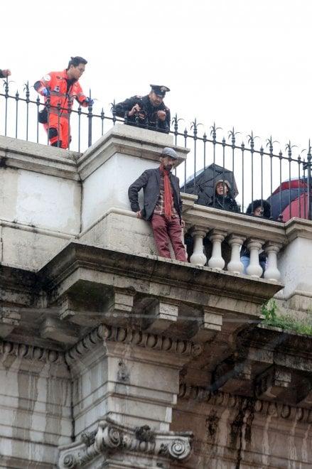 Uomo si getta dal ponte Monumentale