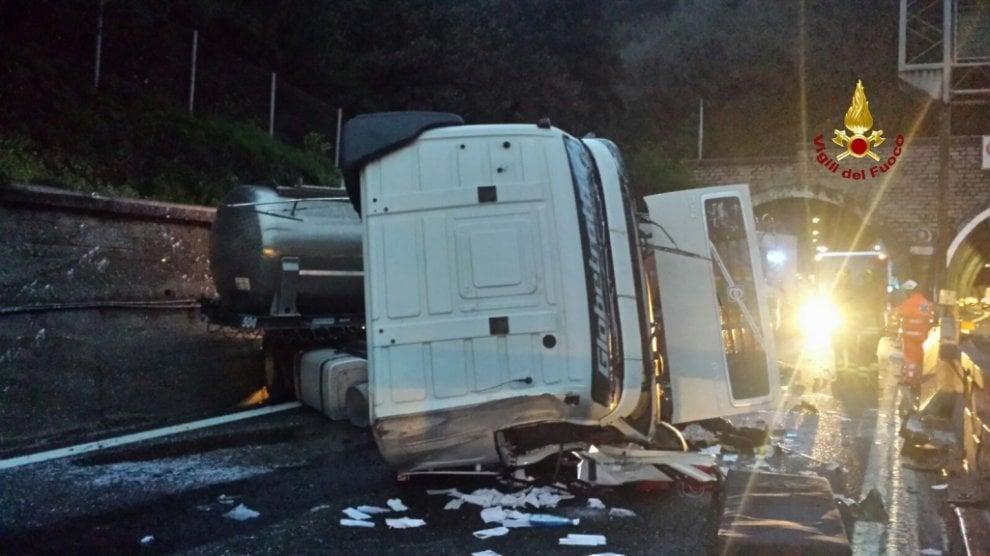 Le foto del tir ribaltato in A10 che ha paralizzato il traffico a Genova