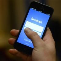 Il politico querela il prof per stalking su Facebook