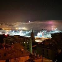 Genova avvolta dalla nebbia, lo spettacolo del