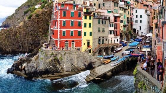 """Cinque Terre, """"premiati"""" i turisti che ripuliscono il sentiero dalla plastica"""
