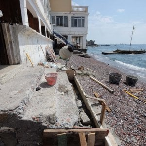 Il mare si è mangiato le spiagge della Liguria, il grido di allarme dei bagni