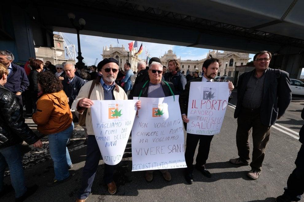 Genova, manifestazione contro i fumi del porto
