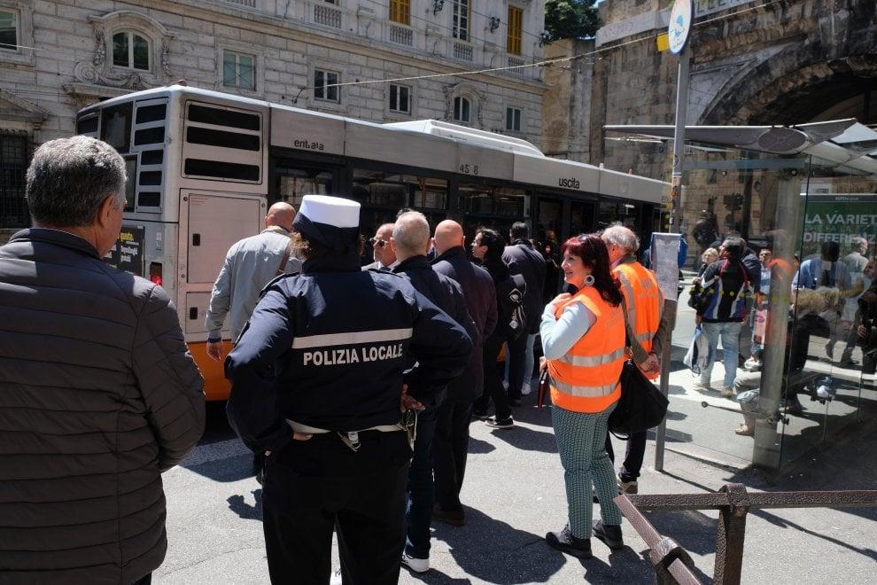 """Bus, caccia ai """"portoghesi"""" del biglietto: 112 sanzioni in tre ore"""