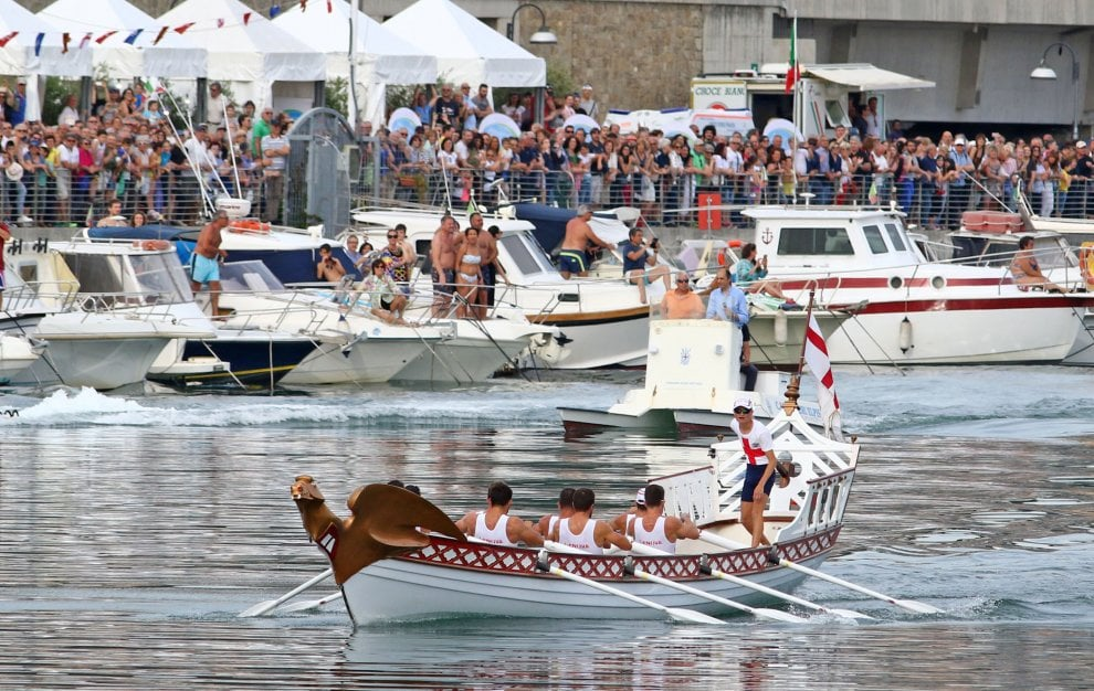 Folla a Pra' per le regate delle Repubbliche Marinare, vince Amalfi in volata su Genova