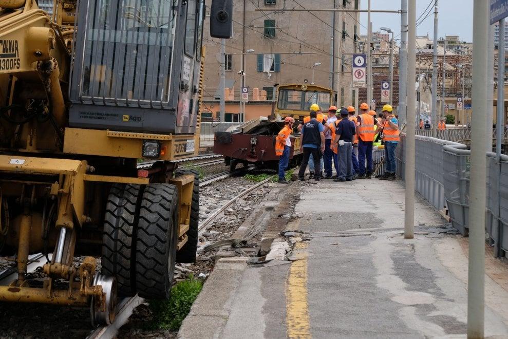 Camion urta contro ponte fs: riaperto un binario dopo l'interruzione della linea Genova Savona