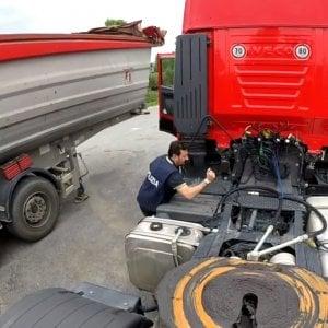 Autotrasportatori costretti a guidare oltre gli orari grazie ai cronotachigrafi manomessi