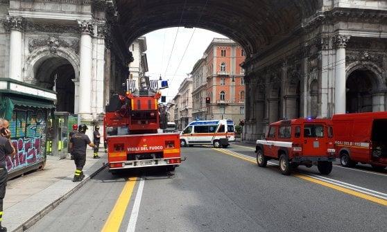 Minaccia di lanciarsi dal Ponte Monumentale, chiusa al traffico via Venti