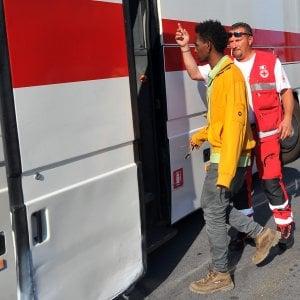"""Migranti, la marcia contro i confini: """"Ventimiglia sia una città aperta"""""""