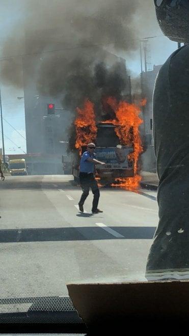 Bus in fiamme in via Cantore, nessun ferito