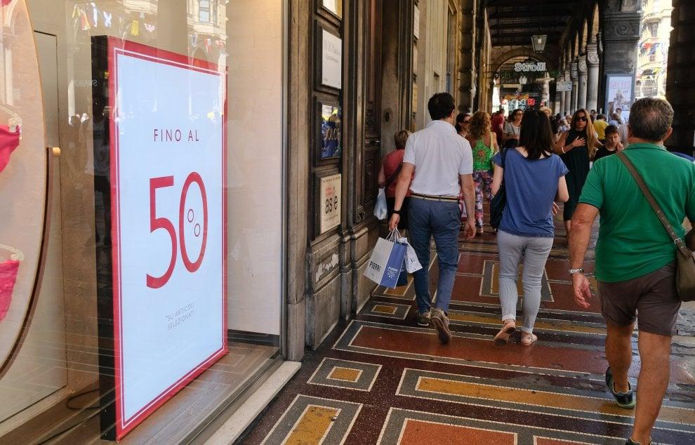Partiti i saldi, negozi invasi anche per l'effetto scivolo