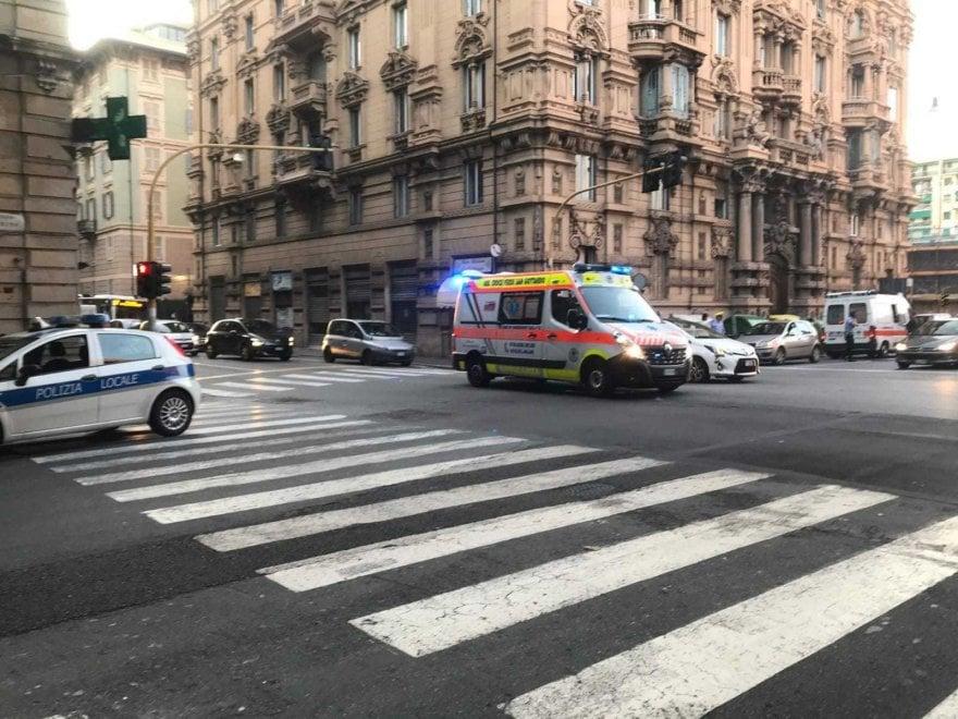 Incidente all'incrocio di corso Torino, coinvolta un'ambulanza