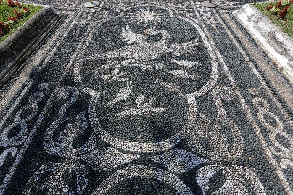 La magia dei ciottoli, il mosaico dei 'risseu' nel palazzo Reale di Genova