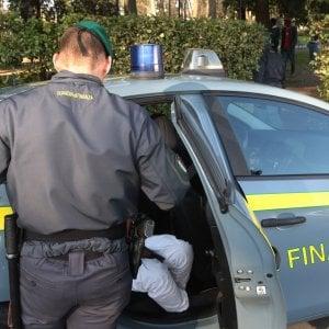 Nei vicoli di Genova coltiva marijuana in terrazza, arrestato genovese 37 anni