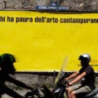 Un grande manifesto giallo in città: