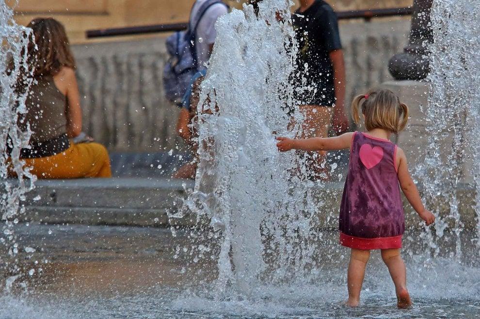Caldo, a Genova si fa il bagno nella fontana di De Ferrari