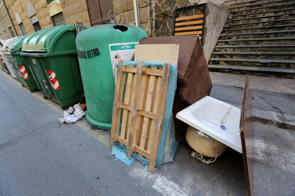 Campasso, la discarica abusiva per strada, il quartiere sprofonda nel degrado