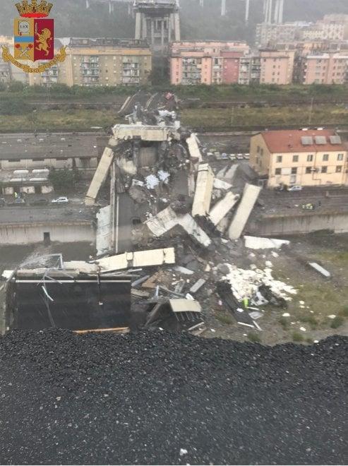 Crolla il ponte Morandi a Genova: le foto sul ciglio del baratro