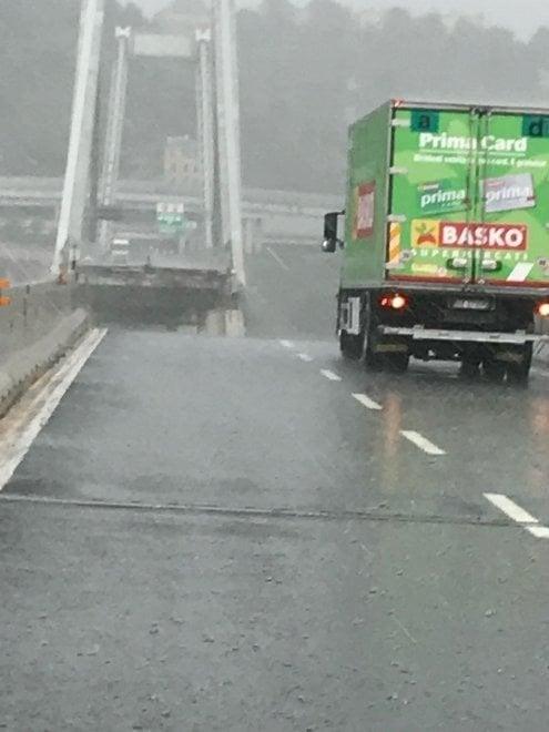 Genova, crollo del ponte autostradale: il camion e le auto a pochi metri dal baratro