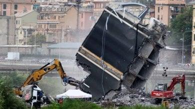 Crollo ponte Morandi, ruspe al lavoro senza sosta nel Polcevera