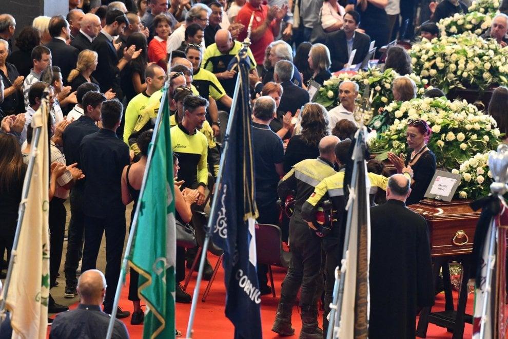 Crollo ponte Morandi, Genova si ferma per i funerali, l'applauso ai vigili del fuoco