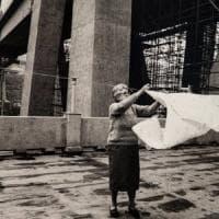 """Il viaggio fotografico nelle case sotto il ponte Morandi: """"In cinquant'anni non è cambiato..."""