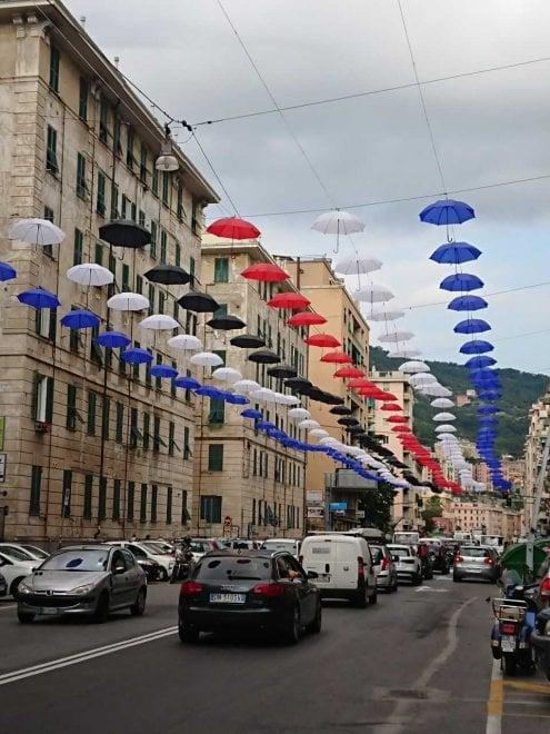 Ombrelli blucerchiati in corso De Stefanis