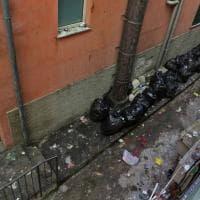 Genova, discarica fra le case: le foto della montagna di rifiuti