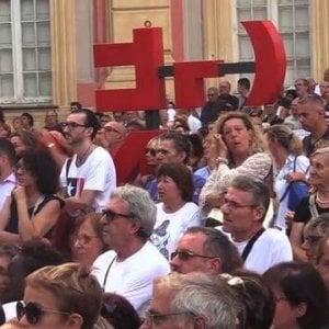 """De Ferrari, l'abbraccio dei 20mila """" Genova farà rinascere il suo ponte"""""""