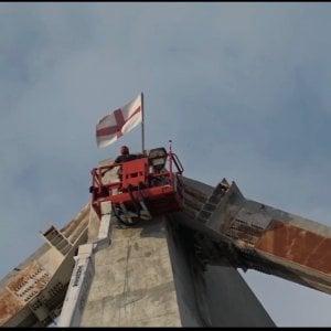 Crollo Ponte Morandi, i vigili del fuoco posizionano la bandiera di Genova su un pilone