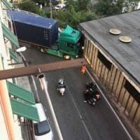 Borzoli, tir s'incastra in curva e il traffico va in tilt