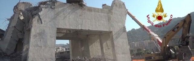 Crollo ponte Morandi, quello che resta della pila 9 collassata il 14 agosto  Video