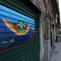 Via Buranello, le saracinesche diventano galleria d'arte