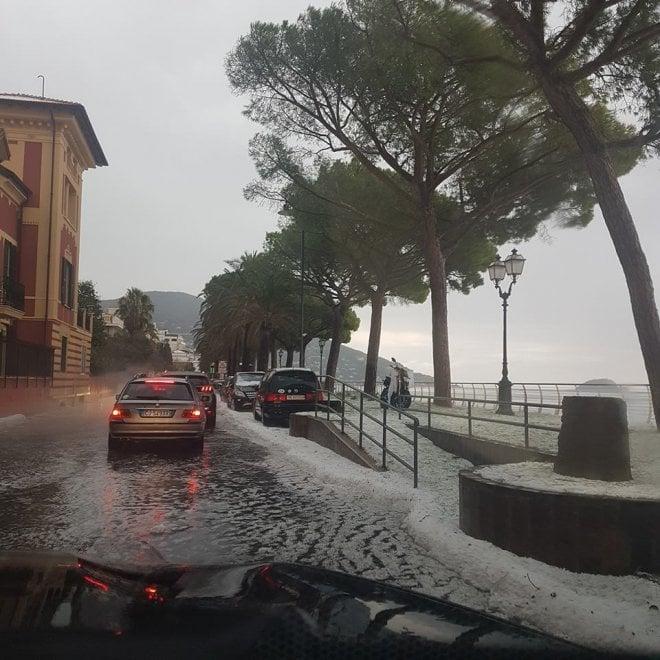 Bufera di vento a Genova, maxi grandinata ad Alassio
