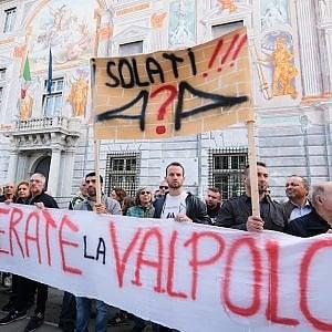 """Genova, sfollati in corteo, urla cori e la richiesta a Toninelli: """"Basta bugie"""""""