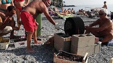 L'estate non finisce più, e la castagnata  si fa in riva al mare