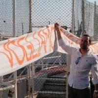 Il corteo antirazzista per le strade di Genova