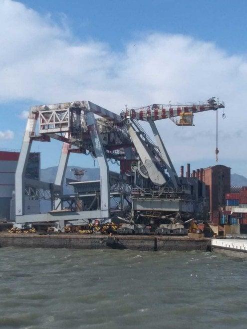Porto di Genova, il vento fa scontrare le gru sulla banchina Ilva