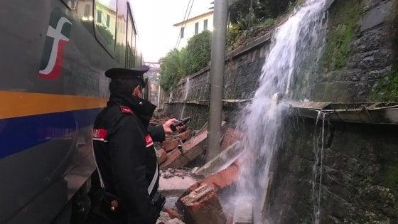 Maltempo, treno esce dai binari a Santa Margherita per una frana. La circolazione torna regolare dopo le 19