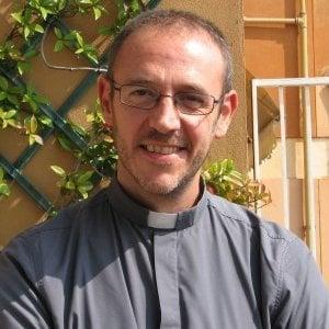 Il prete youtuber che insegna la felicità