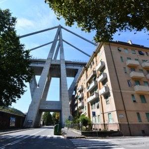 Crollo ponte Morandi, bombole tra le macerie