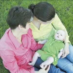 """""""Il bimbo avrà due mamme"""": la sentenza del Tribunale boccia il rifiuto di Bucci"""
