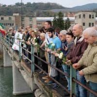Crollo ponte Morandi, 43 rose bianche per ricordare i morti