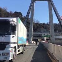 Ponte Morandi, i vigili del fuoco recuperano l'ultimo camion