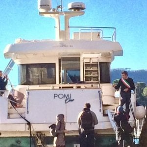 Rapallo, il sindaco sale per protesta sullo yacht spiaggiato