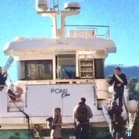 """Rapallo, il sindaco sale per protesta sullo yacht spiaggiato: """"Servono poteri da..."""